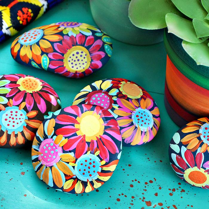 Steine mit bunten Blumen dekorieren, schöne Deko für den Garten und für jedes Zimmer