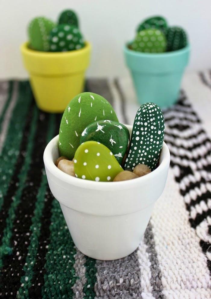 Steine mit grüner Farbe bemalen, kleine Kakteen gestalten, in bunte Blumentöpfe stecken