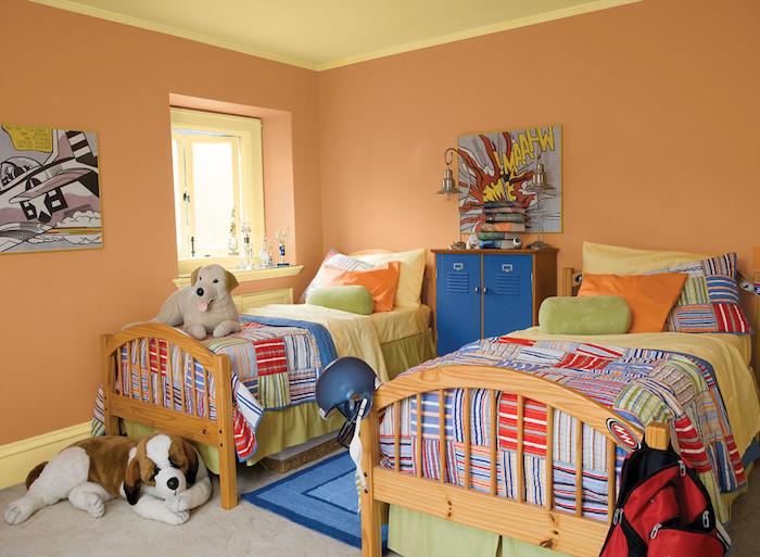 kinderzimmer einrichten, ein kinderzimmer mit kinderbetten aus holz und mit kleinen grünen und orangen kissen und bunten decken, eine wand streichen ideen
