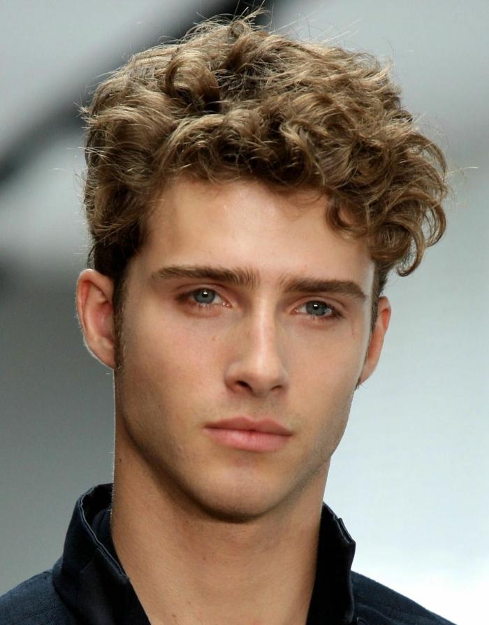 ein niedlicher junger Mann mit blonden Locken, Kurzhaarfrisuren für Männer für feierlichen Anlässen