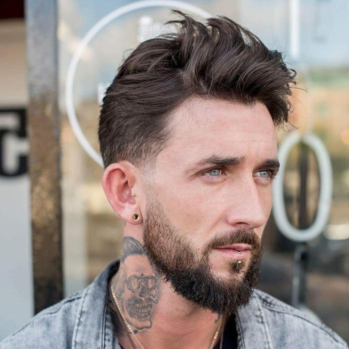 eine lässige Frisur, langer Bart, blaue Augen, dunkelbraune Haare, Kurzhaarfrisuern für Männer
