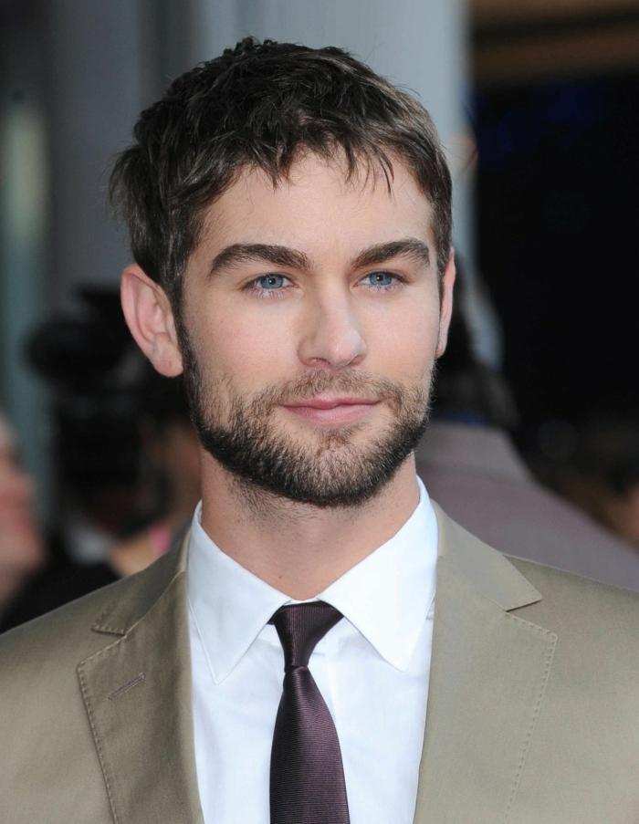 Kurzhaarfrisuren für Männer, blaue Augen. ein kurzer Bart, ein Anzug mit Krawatten, ein Star