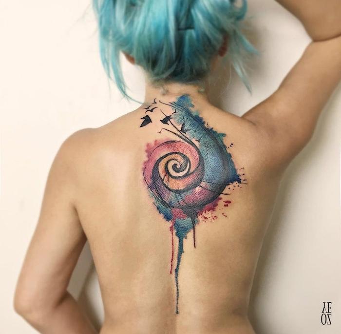 tattoo aquarell mit einer großen bunten schneke und mit kleinen schwarzen fliegenden vögeln, eine junge frau und eine blaue haare, aquarell tattoo rücken