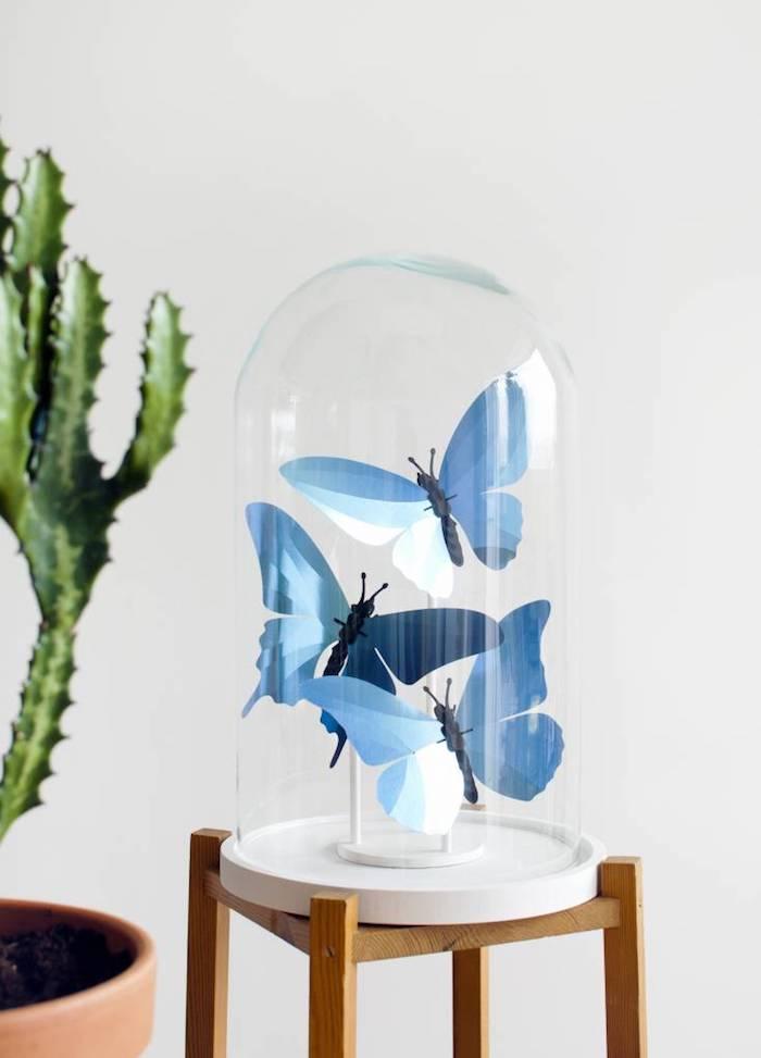 Blaue Schmetterlinge in Glasgefäß, schöne Deko für jeden Raum, DIY Idee