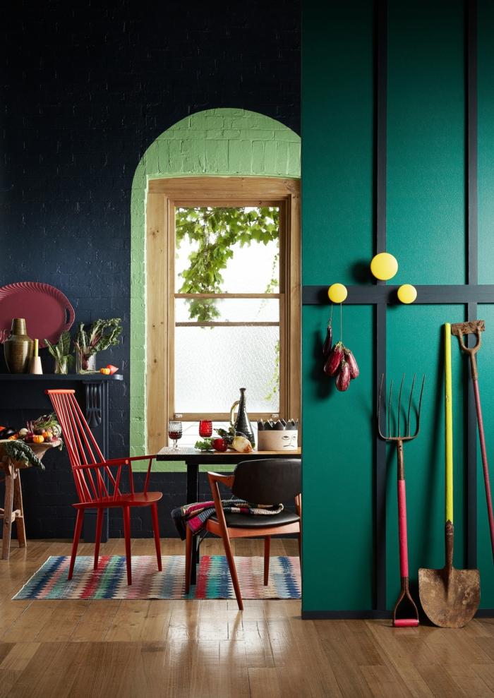 eine grüne Wand, gelbe Garderobe, roter Sessel, bunter Teppich, welche Farbe passt zu Rot
