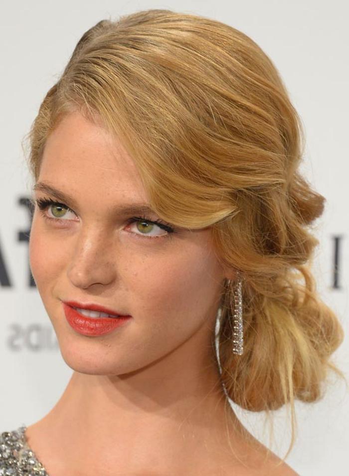 ein schönes Mädchen mit blondem Haar, roter Lippenstift, helle Augen, welche Frisur passt zu mir