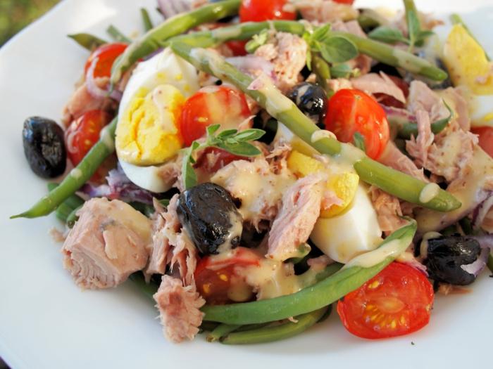 ein Salat mit Bohnen, Eier und Kirschtomaten, Oliven und Fisch, Diät essen