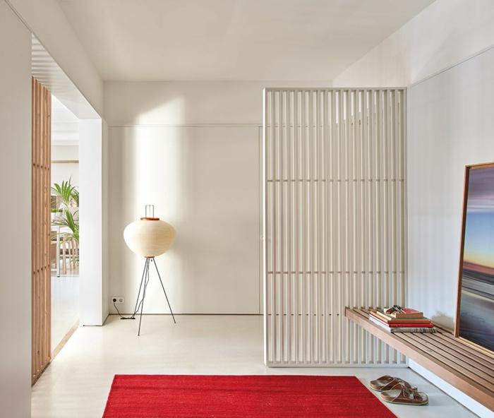 ein roter Teppich, welche Farbe passt zu Rot, ein weißer Raumteiler, eine Bank