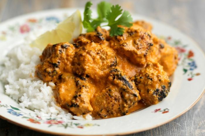 Curry Soße, Fleisch und Reis, Diät essen, Petersilei und Zitrote als Dekoration, ein bunter Teller