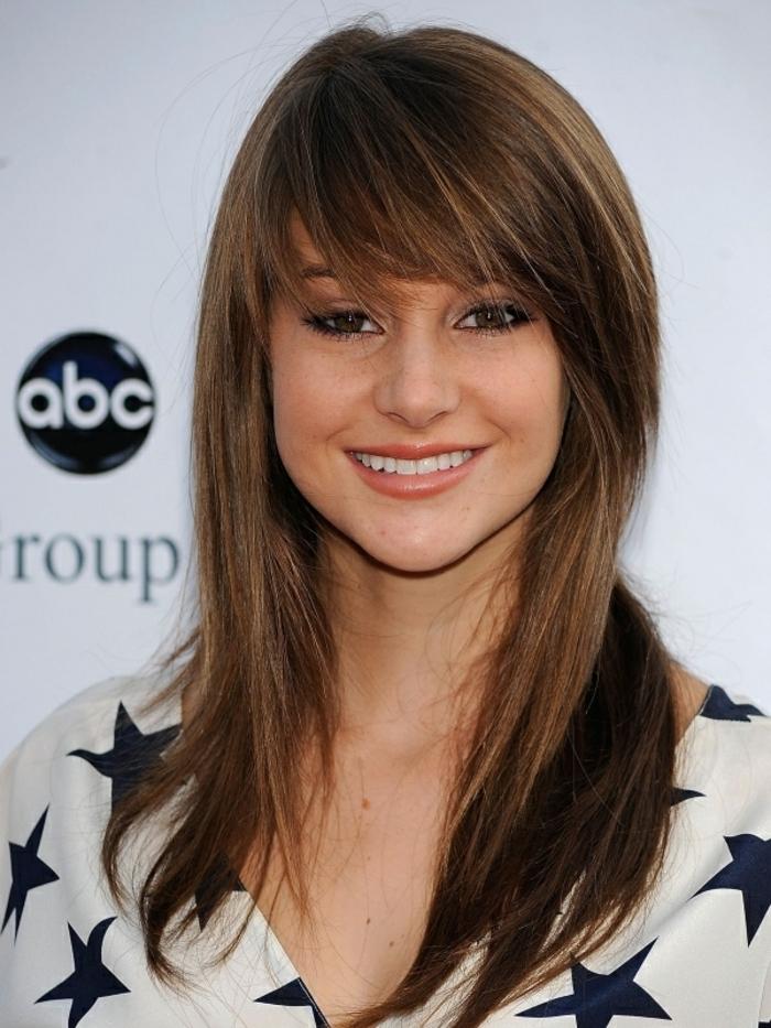Shailene Woodly, lange braune Haare, glatte Frisur mit Pony, welche Frisur steht mir, schönes Lächeln