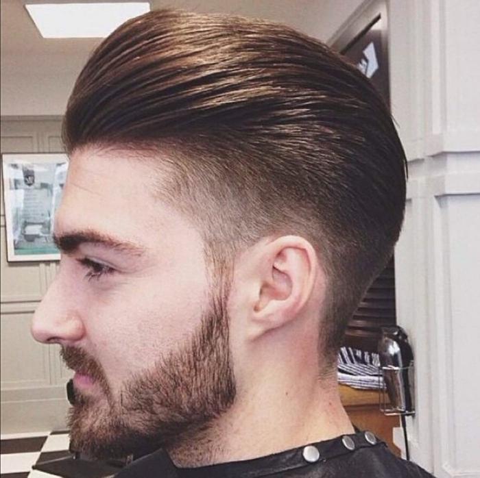 eine ausgefallene Frisur, ein langer Bart, Pony nach hintern gekämmt, Herren Frisuren kurz