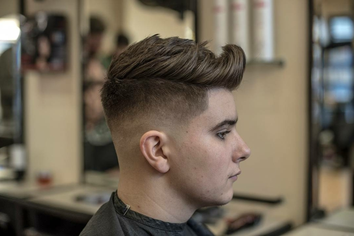braune Haare, Frisur mit langem Pony, ein netter Junge, Herren Frisuren kurz in brauner Farbe