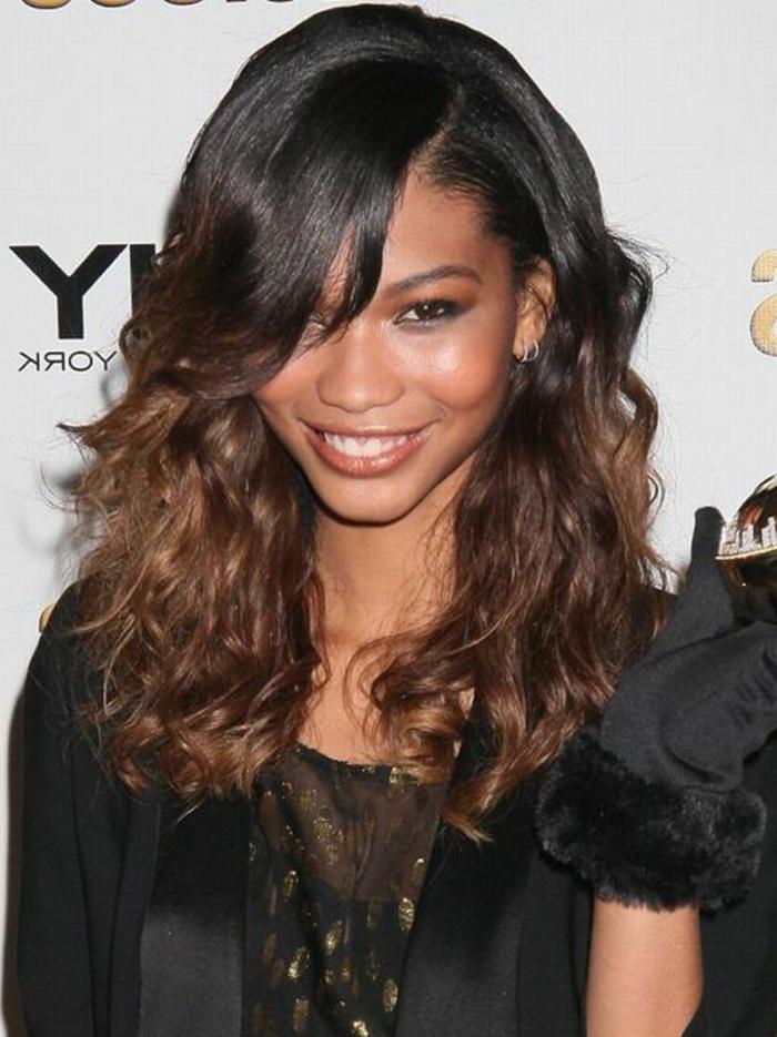 schwarzes Kleid, Ombre Braun, lockige Strähne und glatte Haare, herzformiges Gesicht, Frisuren testen