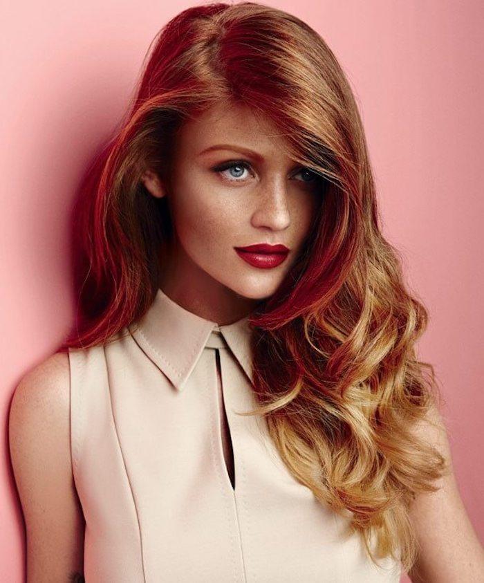 Kupfer Haarfarbe, lange wellige Haare, blaue Augen, roter Lippenstift, Top in Beige mit Kragen
