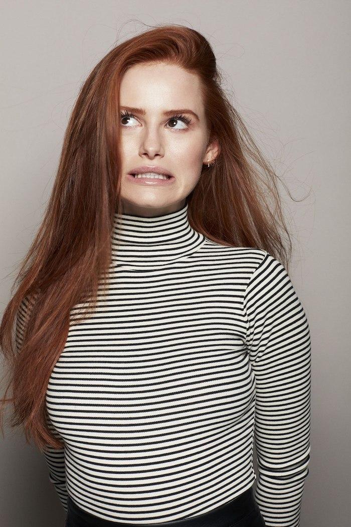 Lange kupferfarbene Haare, gestreifte Bluse mit langen Ärmeln, Lipgloss und schwarze Mascara