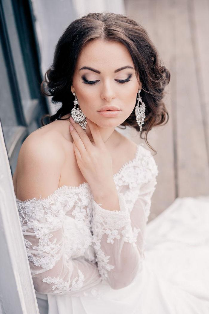 braut make up, hochzeitskleid mit langen ärmeln, große ohrringe, augen größer schminken