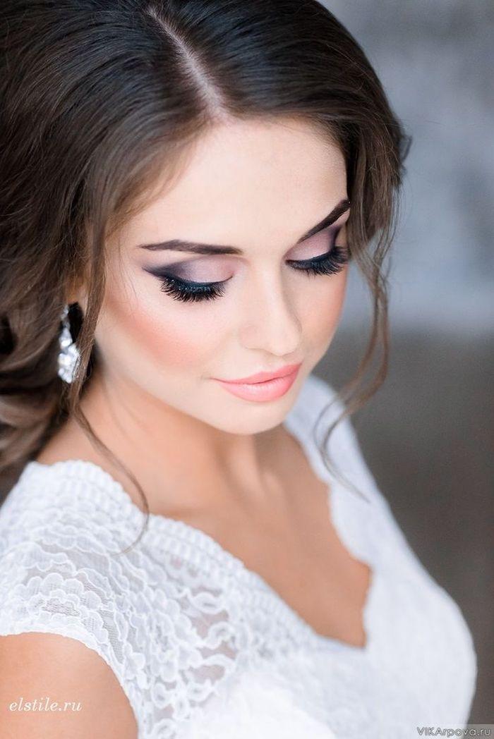 braut make up in rosa und schwarz, braune haare, weißes kleid mit spitze