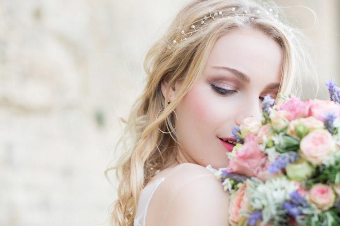 braut make up selber machen, lila lidschatten, sommer hochzeit, großer blumenstrauß