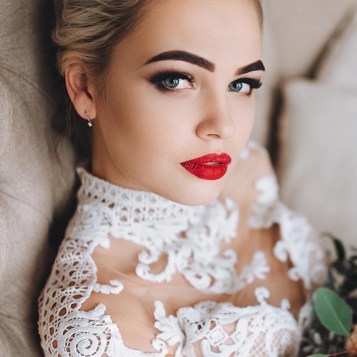 brautschminke für blaue augen, roter lippenstift, kleid mit spitze, augenbrauen betonen