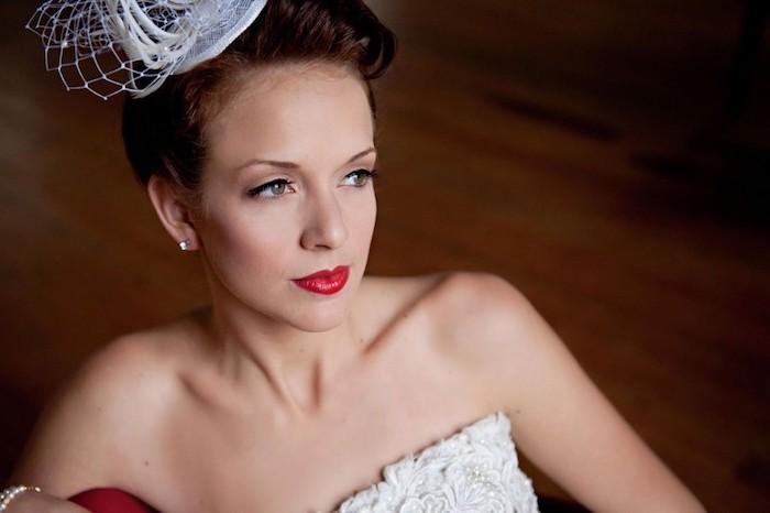 brautschminke im vintage stil, roter lippenstift, vintage schleier, hochgesteckte haare