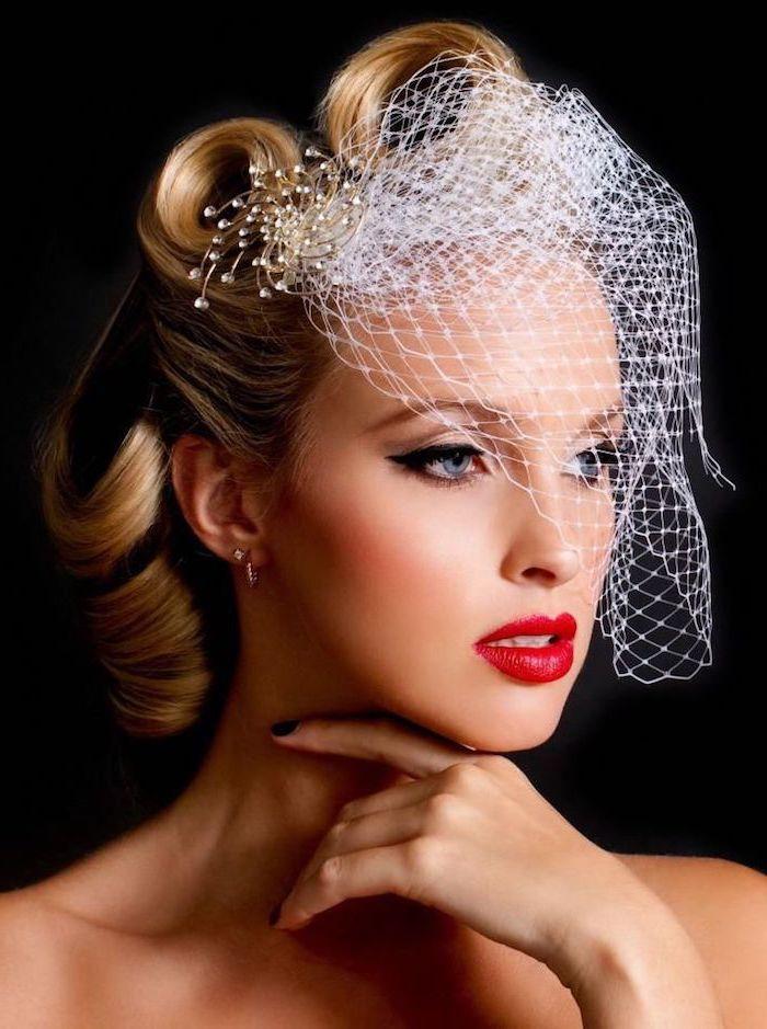 brautschminke im retro stil, rockabilly frisur, kurzer schleier, roter lippenstift, schwarzer lidstrich