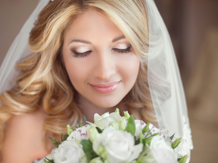 brautschminke in beige und gold, blumenstrauß mit weißen rosen, augen größer schminken