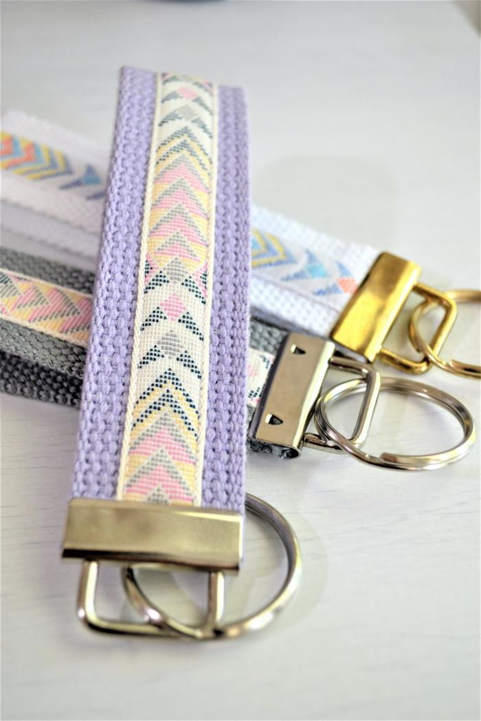 Schlüsselanhänger selber machen, lila, graue und blaue Bänder mit geometrischen Mustern