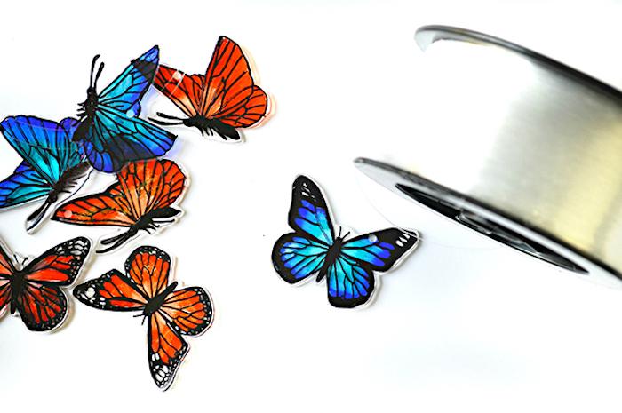 Bunte Schmetterlinge ausschneiden und an Schnur befestigen, sommerliche Deko