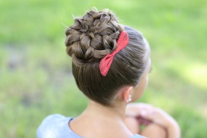 Schöne Dutt Frisur für besondere Anlässe mit roter Schleife, Flechtfrisuren für Mädchen zum Nachstylen