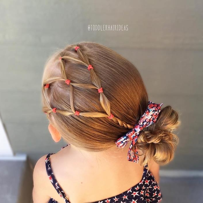 Elegante Kinderfrisur für besondere Anlässe, Schleife mit Blumenmuster, Top mit kleinen Sternen