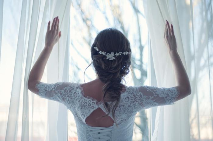 frisuren für feines haar für bräute, braut mit brautkleid, haare zopf weiße spitze zur deko in den haaren
