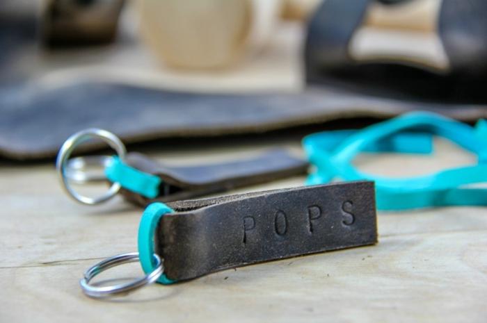Lederstreifen mit einem Aufschrift, Schlüsselanhänger selber basteln