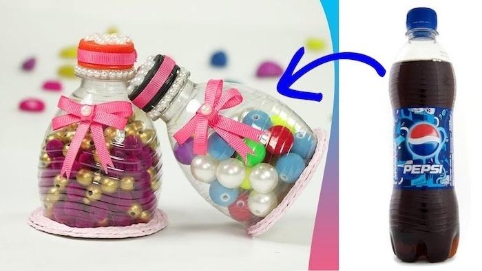 zwei kleine dekorative flaschen mit zwei pinken schleifen und eine kleine pepsi flasche aus plastik, recycling ideen diy