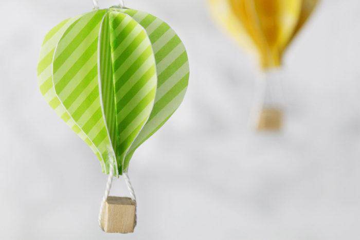 hängende dekoration für das babyzimmer, deko heißluftballon, gestreiftes papier, holzwürfel