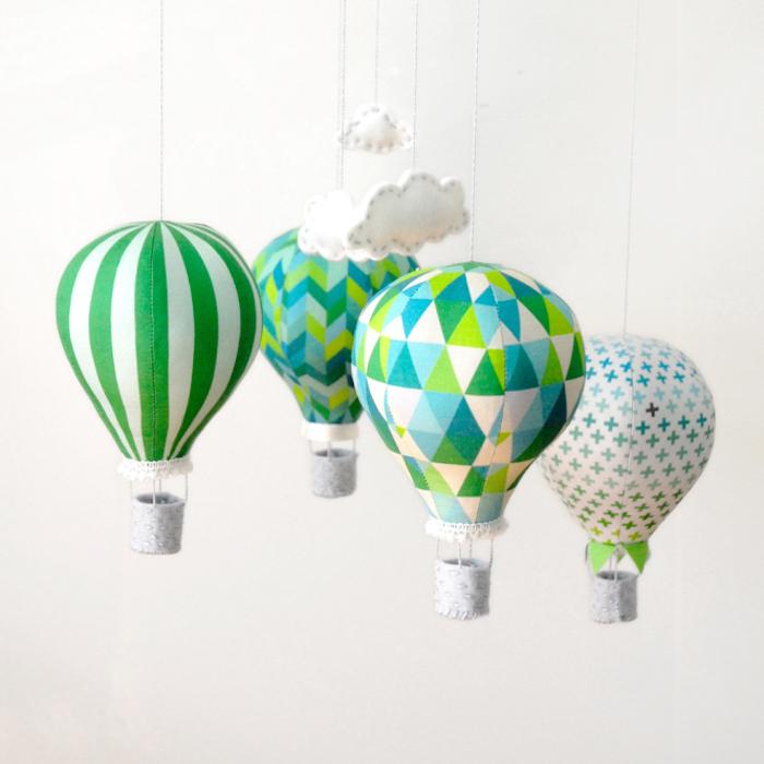 deko heißluftballon, diy mobile mit ballons aus stoff, kleine weiße wolken, diy anleitung