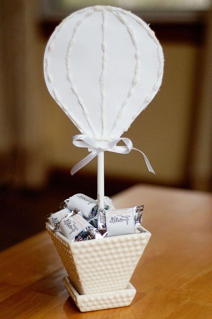 deko heißluftballon, tischdeko selber machen, schüssel mit bonbons, luftballon lutscher