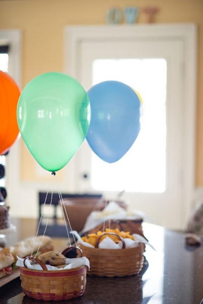 deko heißluftballon, grüner, blauer und orangenfarbener ballon, kürbe mit keksen und chips
