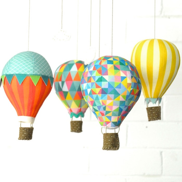 deko heißluftballon, weiße ziegelwand, hängende dekorationen, geometrische motive