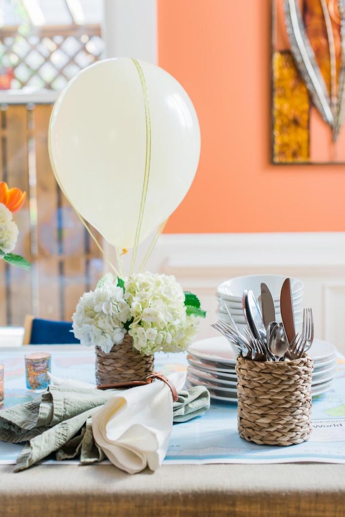 deko heißluftballon, korb mit blumen, weiße hortensien, tischdeko selber machen, frühlingsdeko