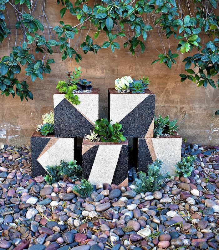 deko ideen selbst machen, blumentöpfe aus betonziegel, geometrische motive, kleine grüne pflanzen