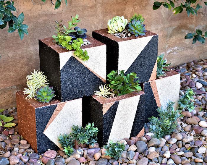 deko ideen slbst machen, quadratförmige blumentöpfe aus betonziegel, geometrische motive