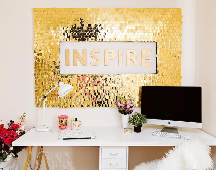 deko ideen wand, arbeitszimmer gestalten, weißer arbeitstisch, kleine blumen, diy