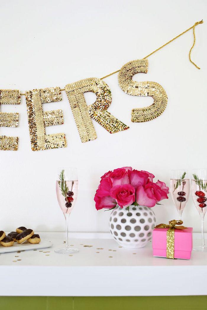 deko ideen wand, party deko inspirationen, vase mit rosen, goldene girlande mit großen buchstaben