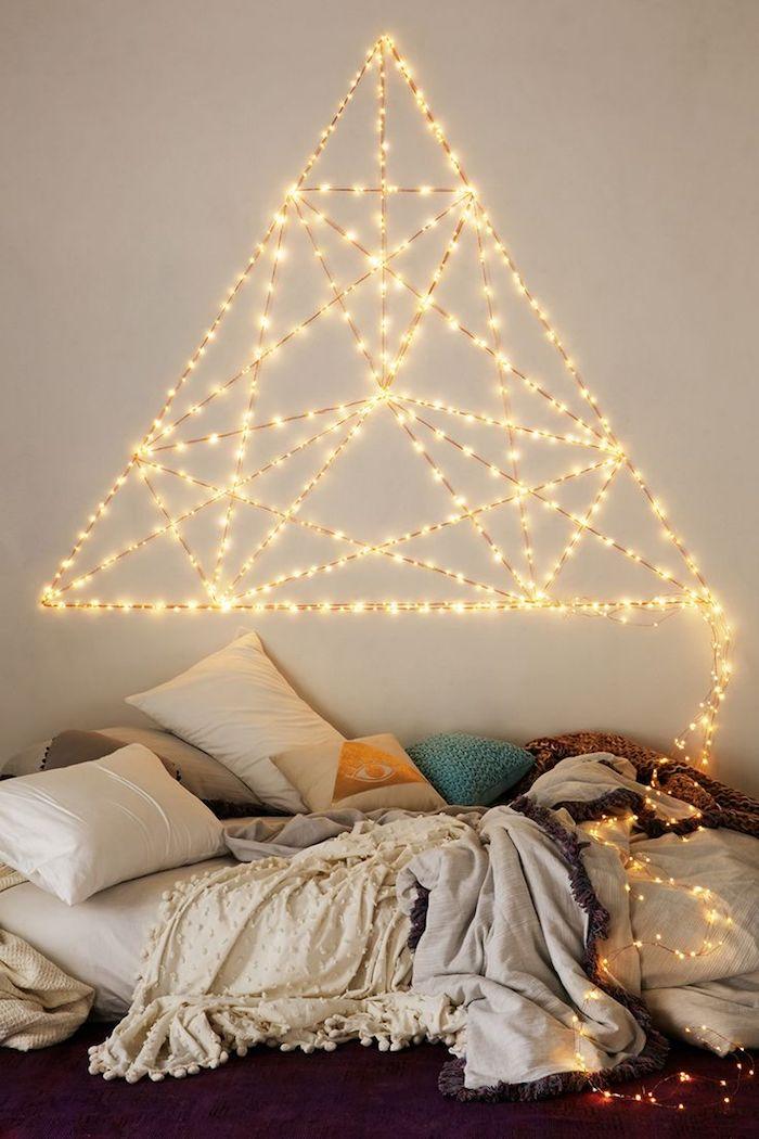 deko ideen wand, schlafzimmer beleuchtung, lichterkette als dreieck formen, bett