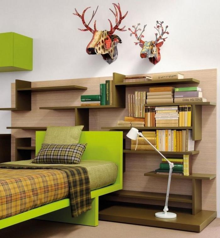 deko jugendzimmer, grünes bett, 3d wanddeko, hirschenköpfe, viele regale mit büchern