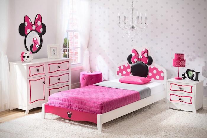 deko jugendzimmer, möbel set in rosa und weiß, minnie mouse, kronleuchter über dem bett