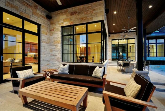 deko landhausstil im garten und im haus, veranda, garten, sofa, zwei sessel und ein tisch, haus mit großen fenstern