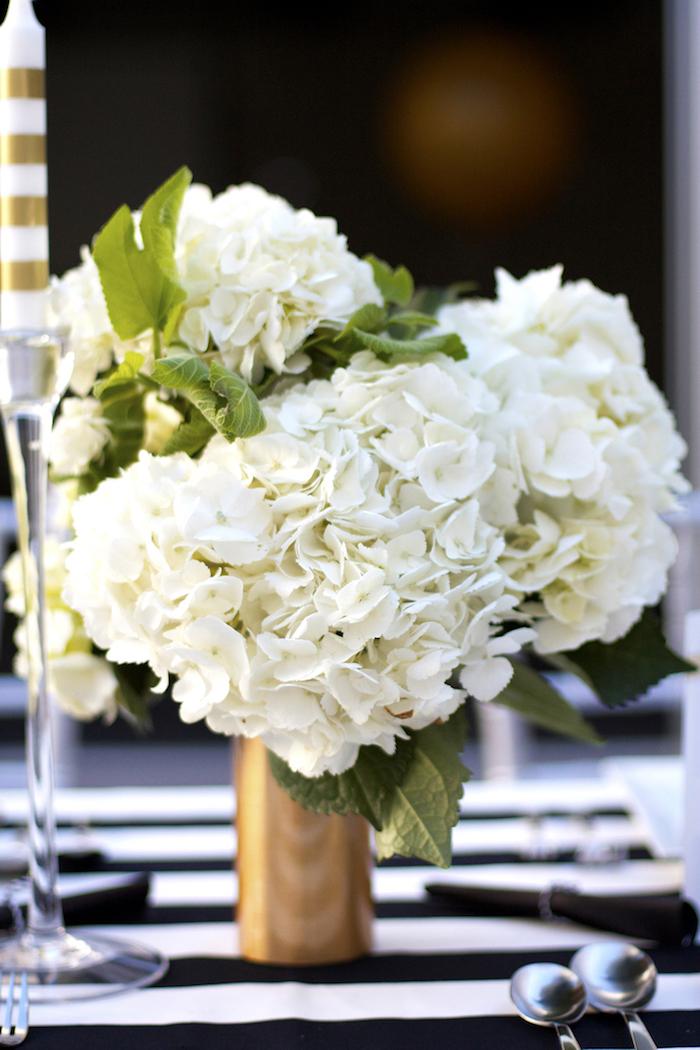 weiße hortensien, deko selber machen, tisch festlich dekorieren, tischdecke in schwarz und weiß