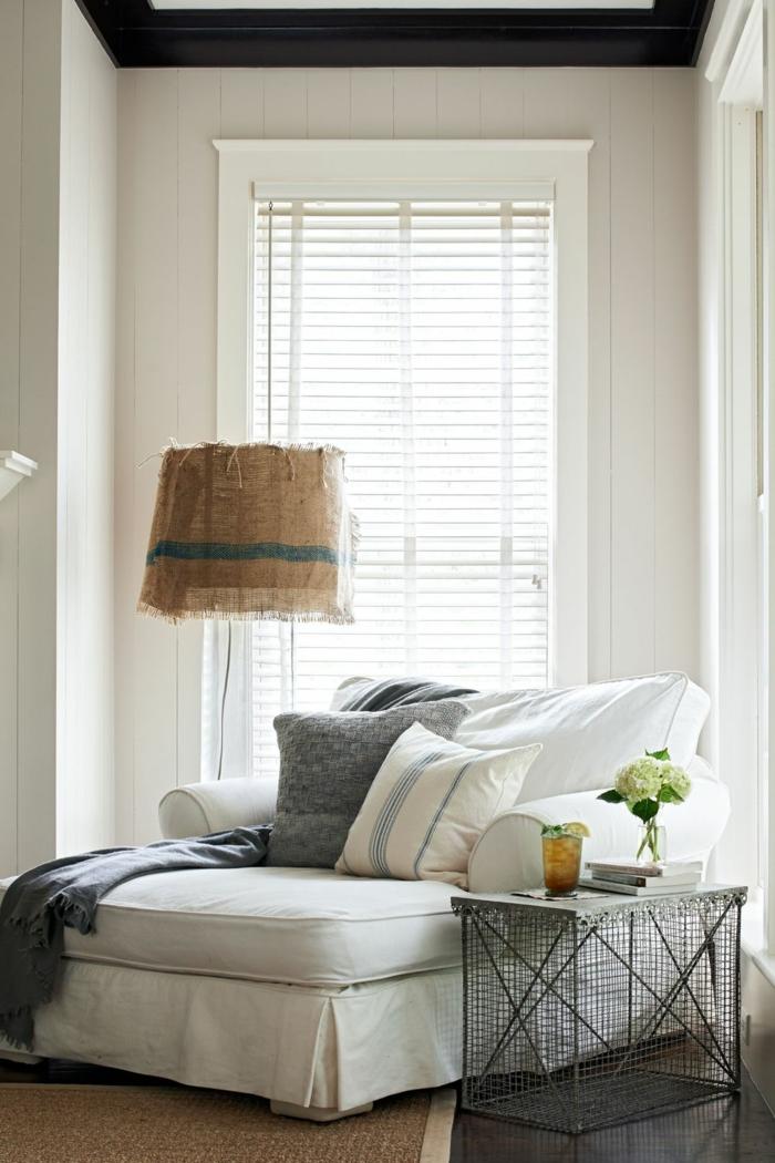 lesesessel mit stehlampe, sessel groß und bequem in weißer farbe, kaffeetisch daran, wohnzimmer modern einrichten