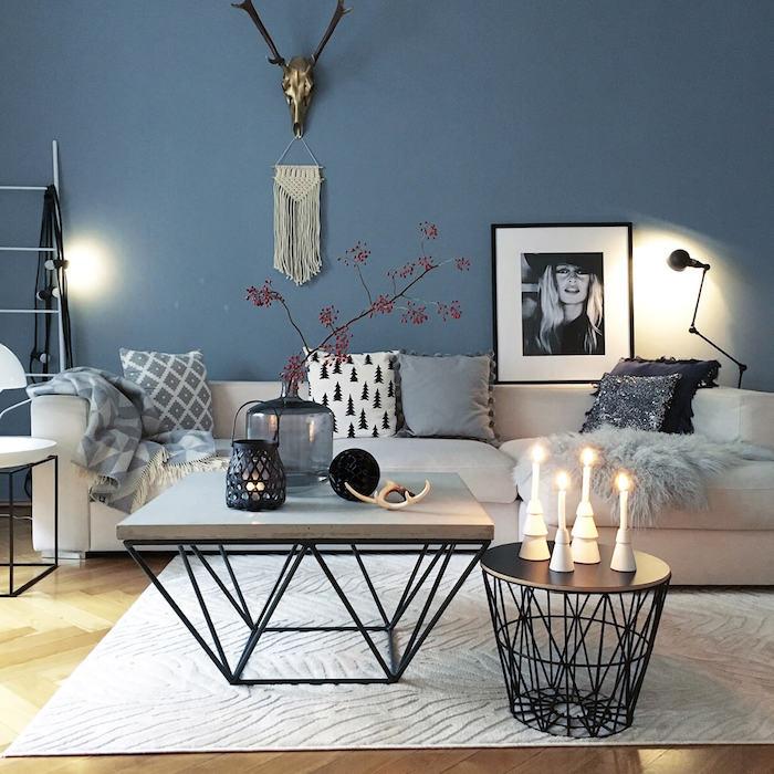 dekoartikel wohnzimmer, blaue wand, runder und eckiger kaffeetisch, kerzen und vasen